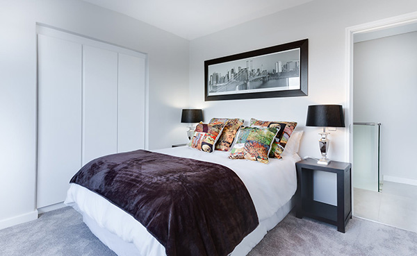 Un dormitorio moderno en blanco y negro