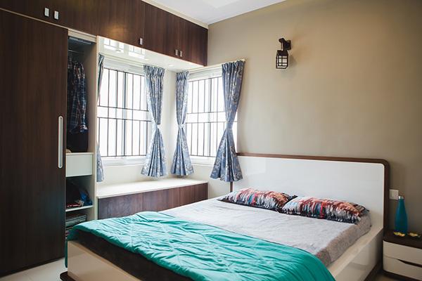 Un dormitorio cálido pintado de marrón