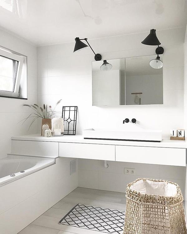 Un baño de diseño moderno minimalista en blanco y negro