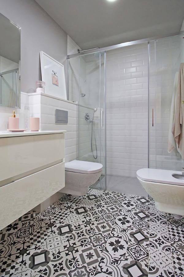 Un baño pequeño y moderno