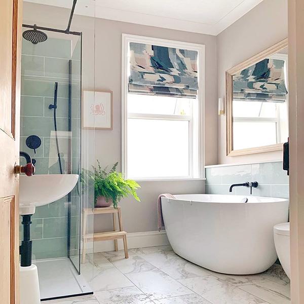 Un baño de diseño, en tonos rosas