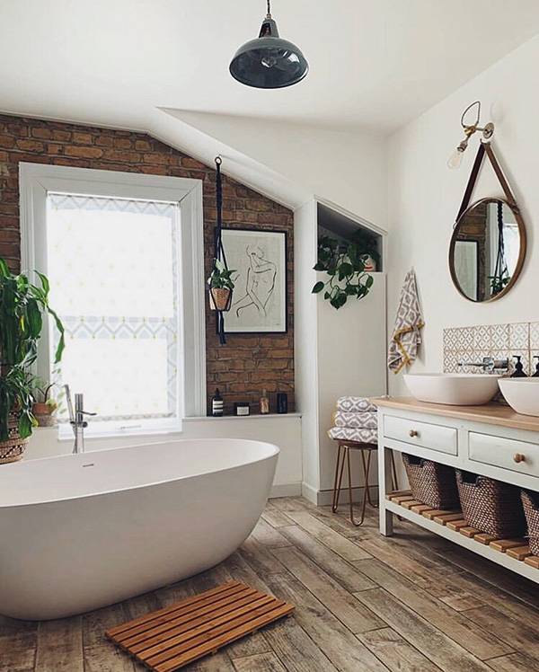 Un baño con espejos redondos