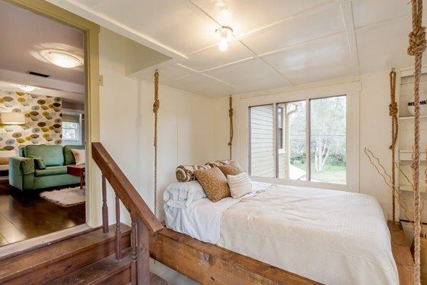 Una cama colgante en una habitación pequeña