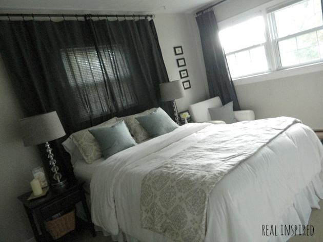 Dormitorio con la cama debajo o delante de la ventana