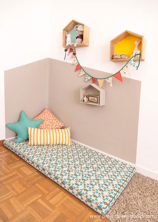 Dormitorio con cama a ras de suelo