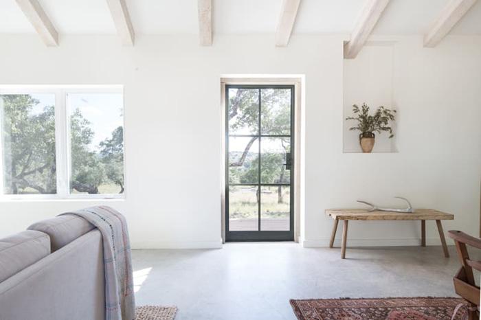 Una casa rústica encantadora en blanco y madera