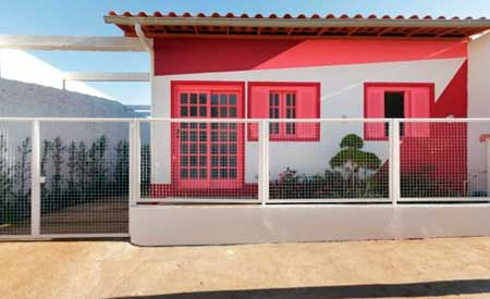 Fachada casa pintada por fuera de rojo