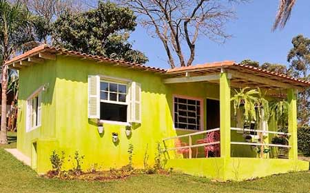 Fachada casa pintada por fuera de amarillo