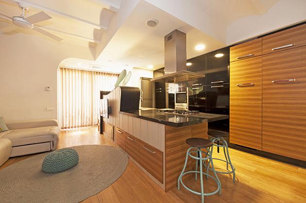 Una cocina moderna a dos colores, dos tonos: negro y madera