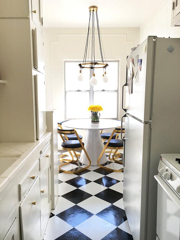 Una cocina comedor pequeña y moderna