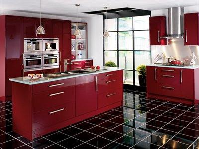 cocina roja con suelo negro