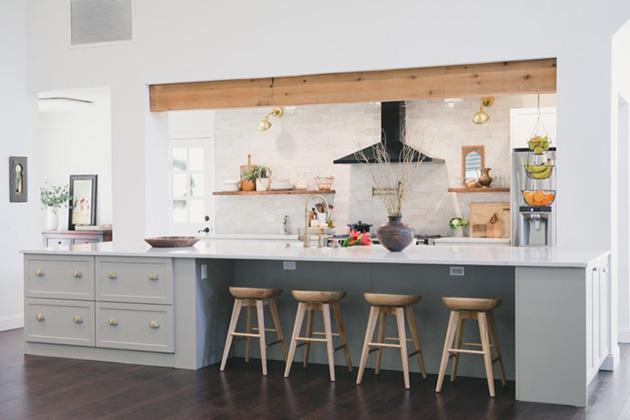 Una cocina rústica moderna grande y abierta