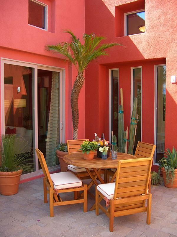 Una fachada pintada con color coral