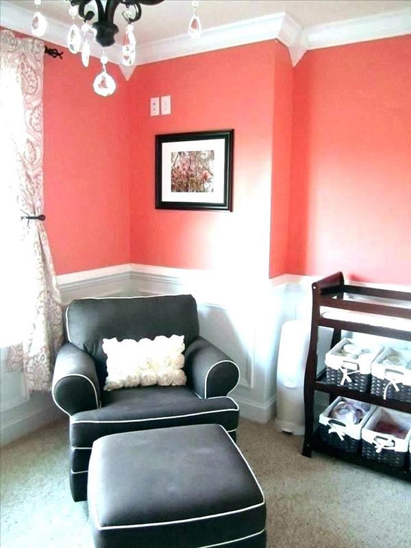 Un dormitorio infantil con las paredes en color coral