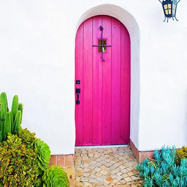 De qu color pintar la puerta de entrada for Que color de fachada elegir