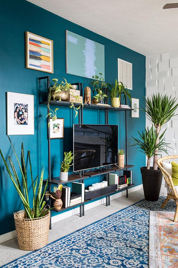 Color Azul Petróleo combinado en paredes y decoración con negro