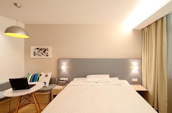 Un dormitorio que combina color beige y blanco en paredes