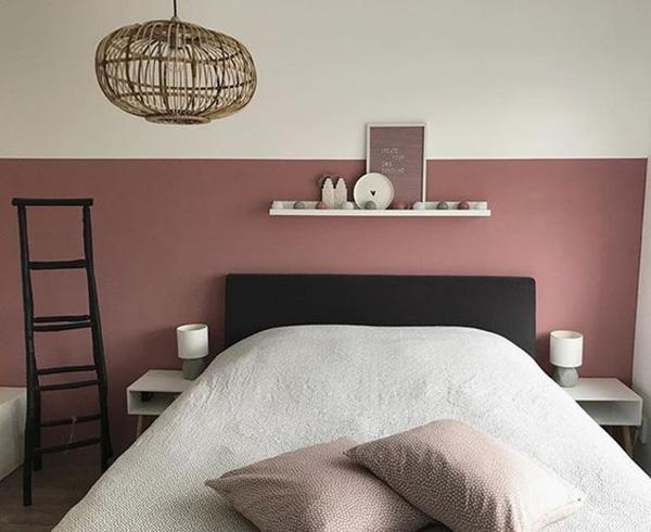 Un dormitorio que combina color teja, negro y blanco