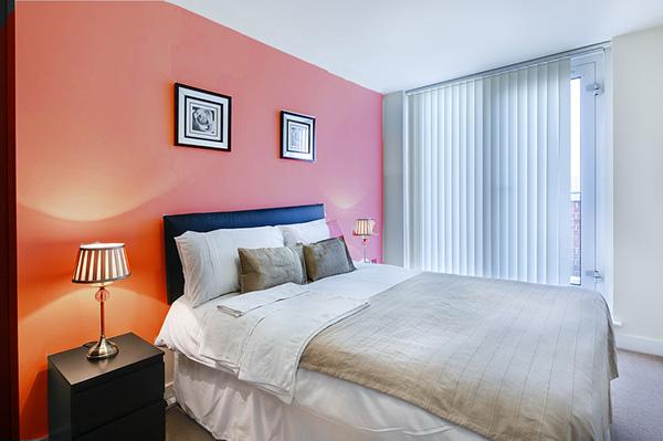 Una habitación pintada de color coral grisáceo