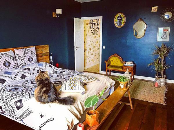Habitación pintada de color azul oscuro