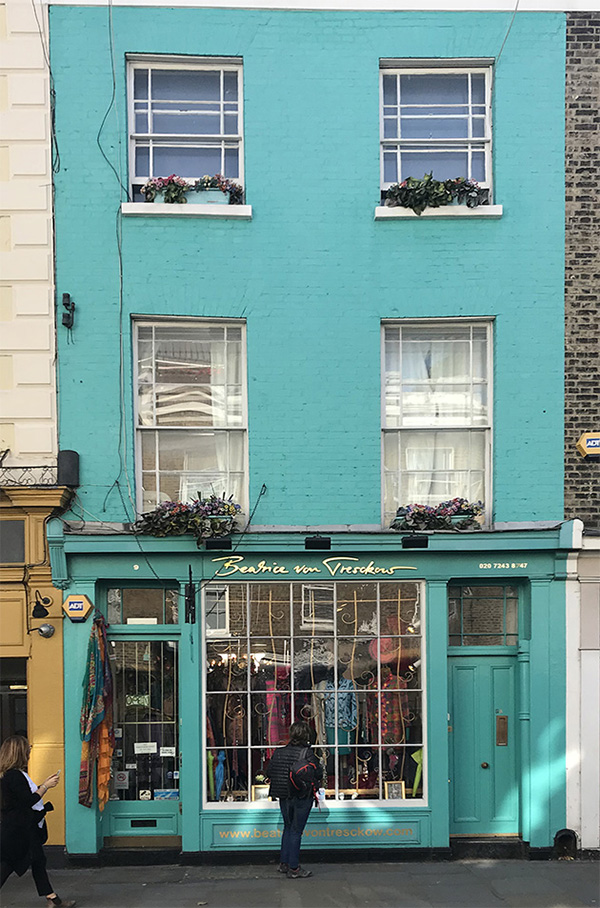 Frente de casa pintado de color turquesa