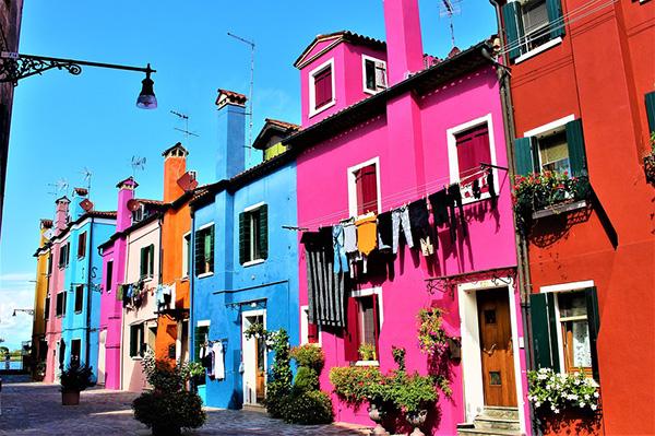 Frentes de casas pintadas en diferentes colores