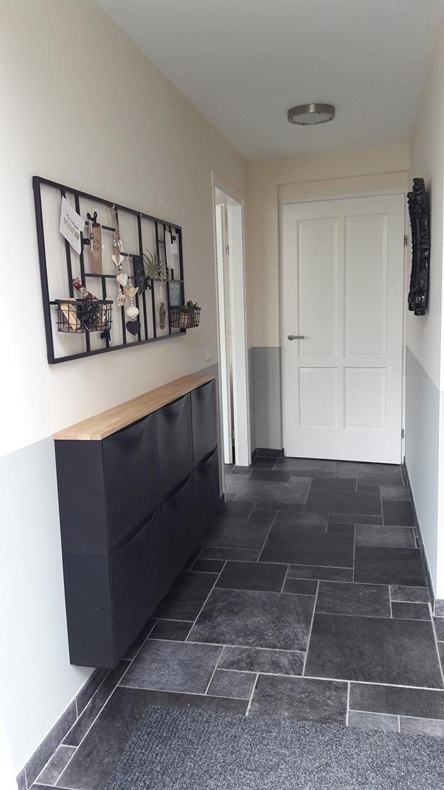 Un pasillo pintado de gris y marfil