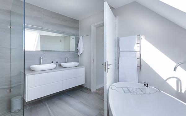 Un baño pintado y alicatado