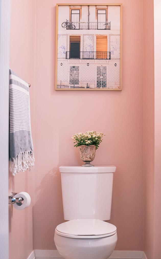 Colors to paint a small bathroom: A bathroom painted pink