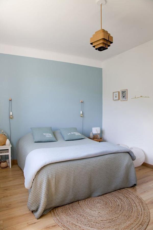 Un dormitorio matrimonial azul