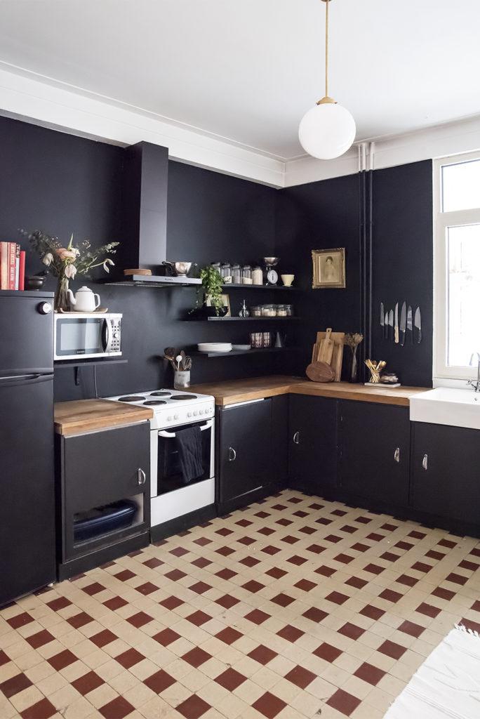 Una cocina pintada de negro