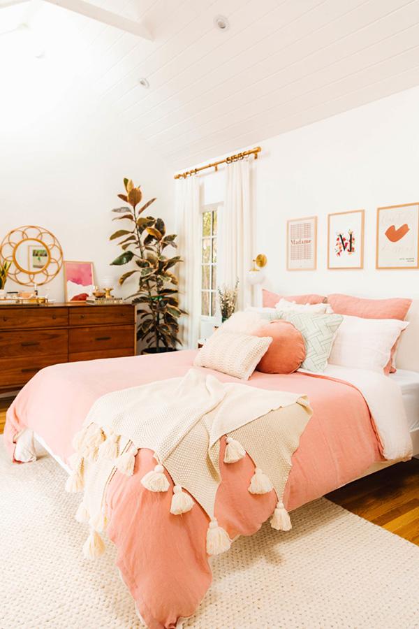Dormitorio femenino pintado en color blanco