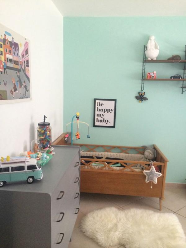 Una habitación infantil pintada de color verde menta