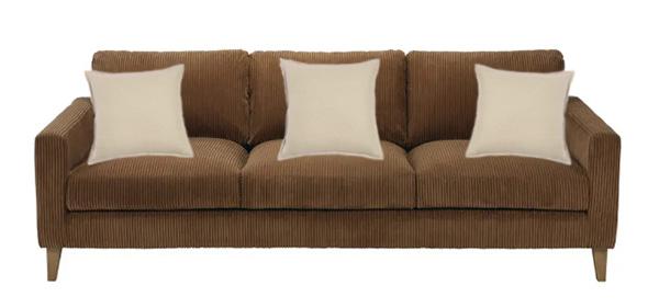 Combinación de cojines de lino para un sofá marrón