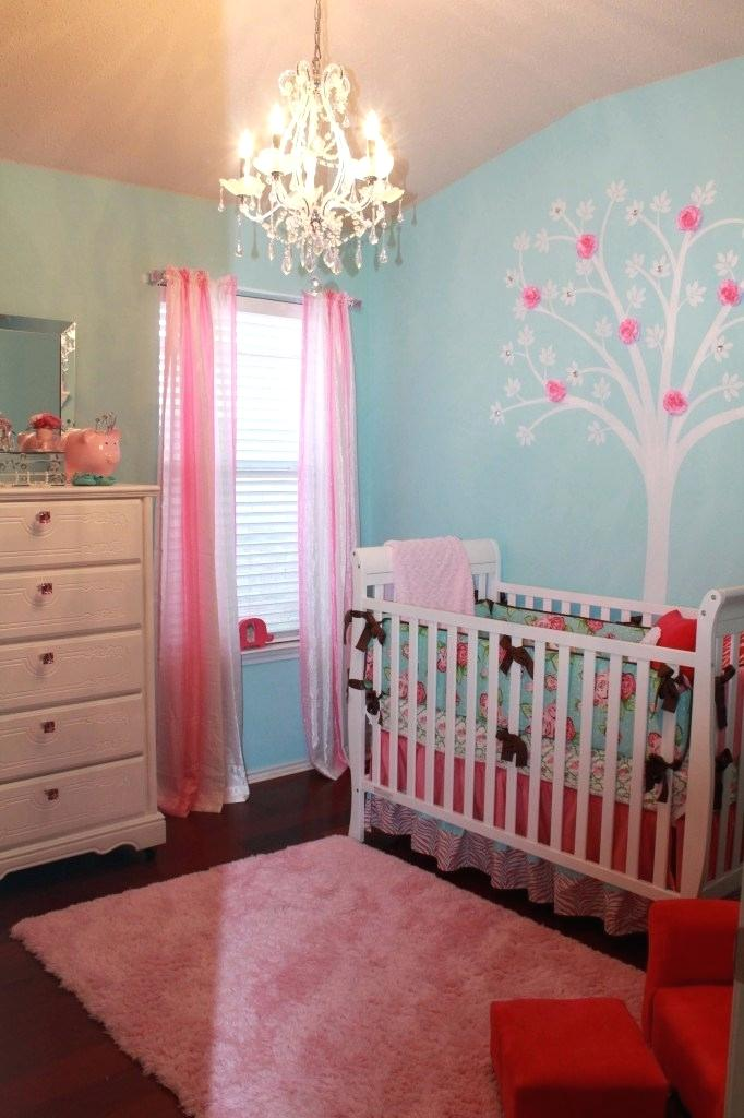 Una habitación infantil pintada en azul y rosa