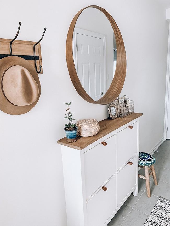 Un recibidor moderno decorado con un zapatero de IKEA Hemnes