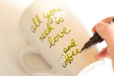 como_decorar_y_pintar_tazas_a_mano_all_you_need_is_love
