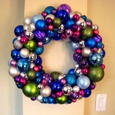 corona de navidad hecha con bolas de navidad