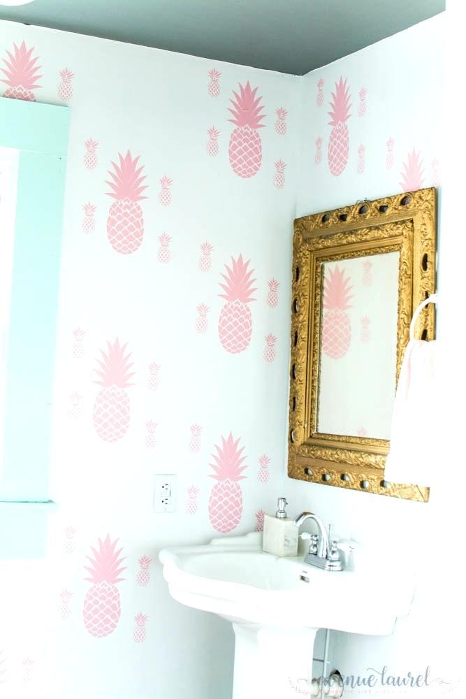 Un cuarto de baño con papel pintado