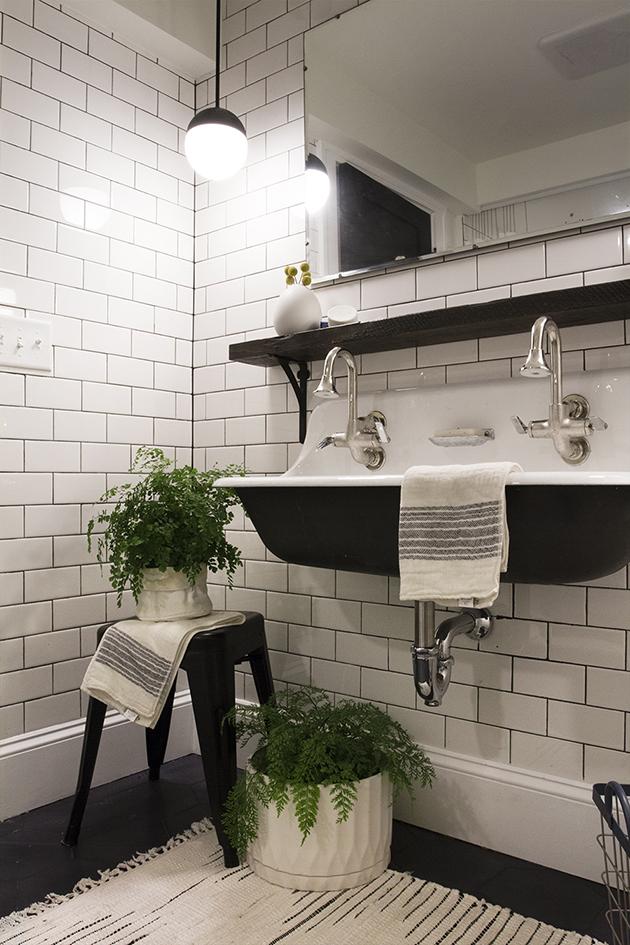 Un cuarto de baño industrial vintage