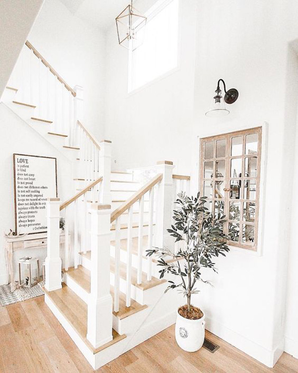 Una escalera decorada en blanco y madera