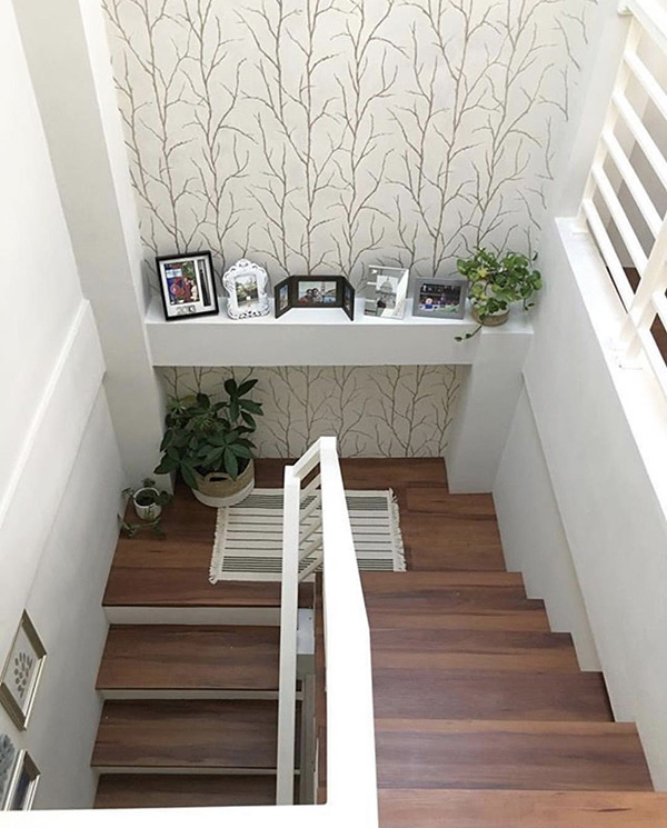 Una escalera decorada con papel pintado