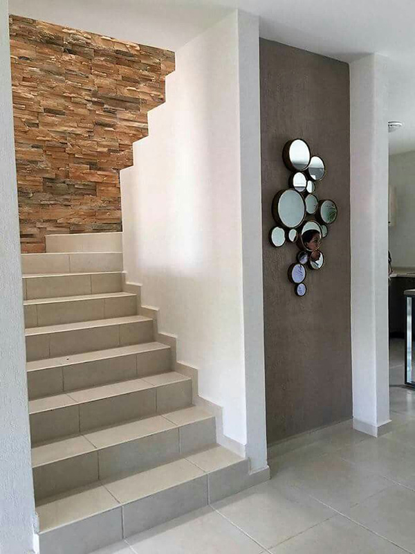Una escalera decorada con una pared de piedra