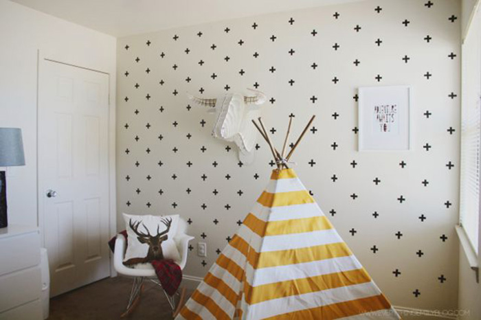 Una pared con gotelé decorada con cinta washi tape