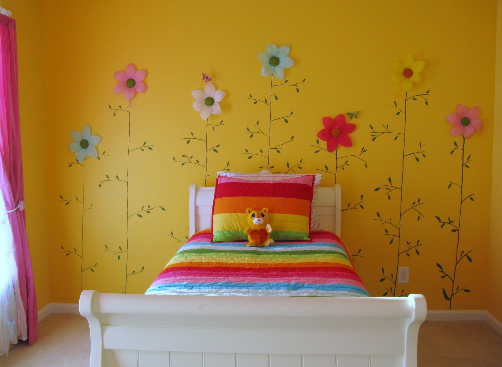 Decorar una habitaci n infantil con flores de colores de for Cuartos decorados kawaii