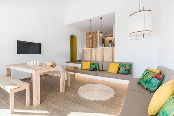 Una sala moderna con sofás de obra