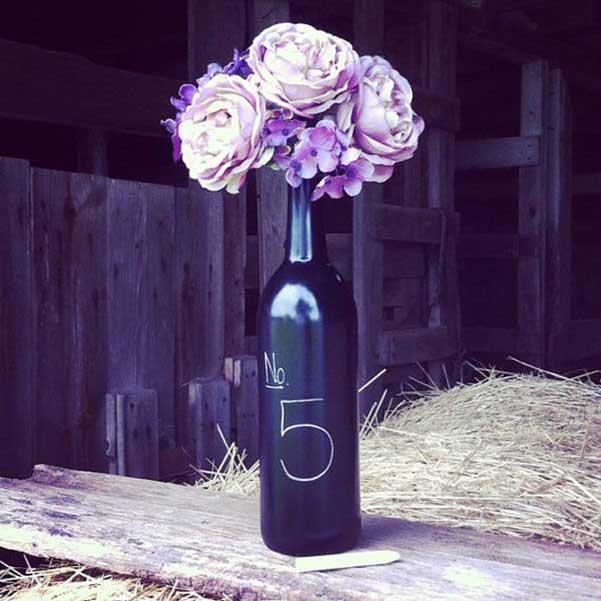 Una botella de vino decorada con flores y números