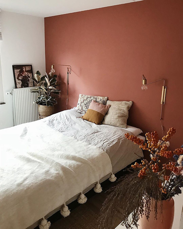Idea para decorar tu casa sin dinero. Pintar la pared del cabecero con un bonito color