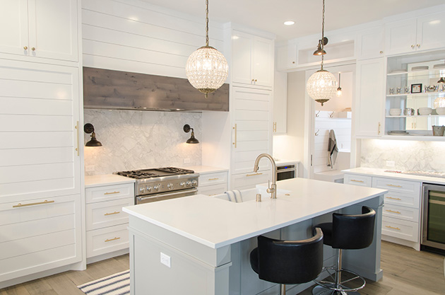 Aprovechar los huecos de vigas y pilares para instalar estantes en la cocina