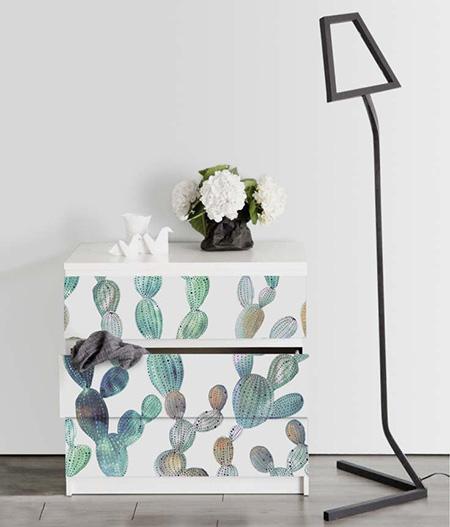 Un mueble decorado con papel pintado y pintura.